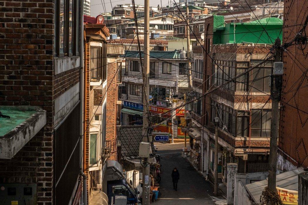 阿岘洞是一个山上社区,很多人住在地下室的公寓里。