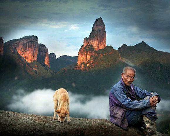 """这些留守老人每天与土狗相伴,它们比你""""孝顺""""老人"""