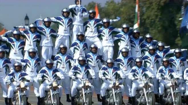 印度举行阅兵式,大秀摩托车技,7辆摩托车叠33人!