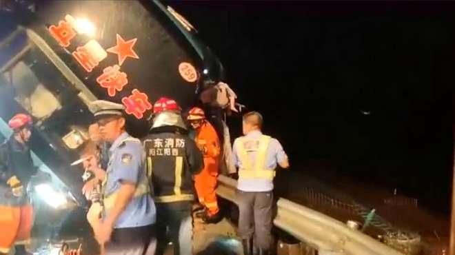 现场!广东一超载大巴车高速上发生侧翻已致7死11伤