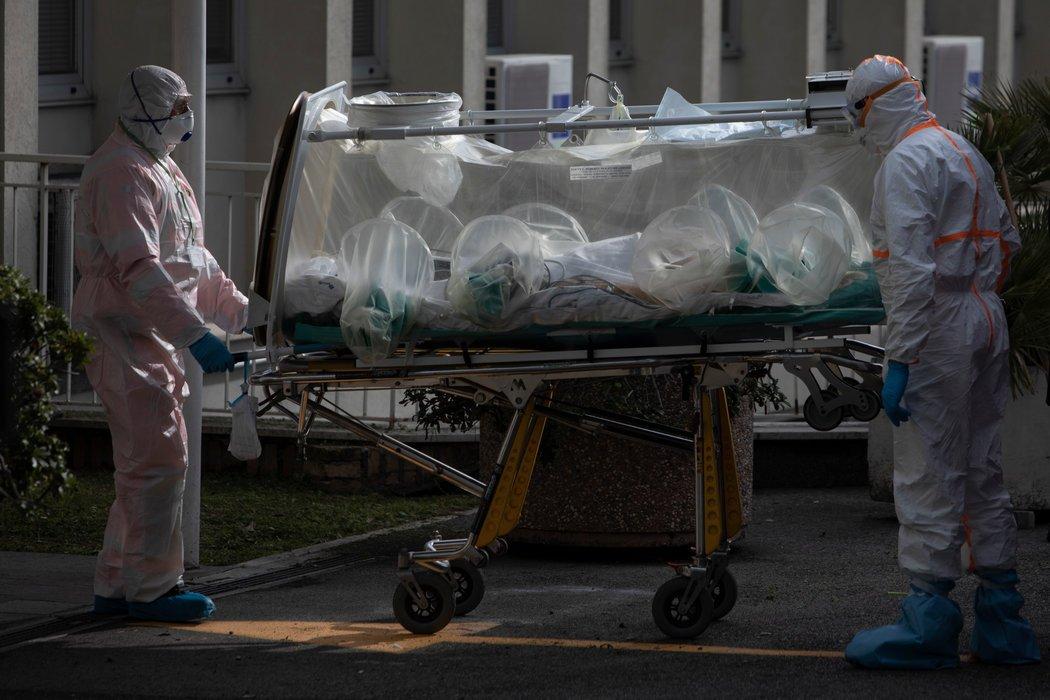 周四,患者抵达罗马新开放的Covid-19医院。