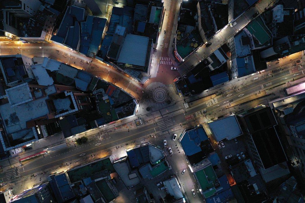 周一,从卫星地图上看韩国大邱寂静的主干道。