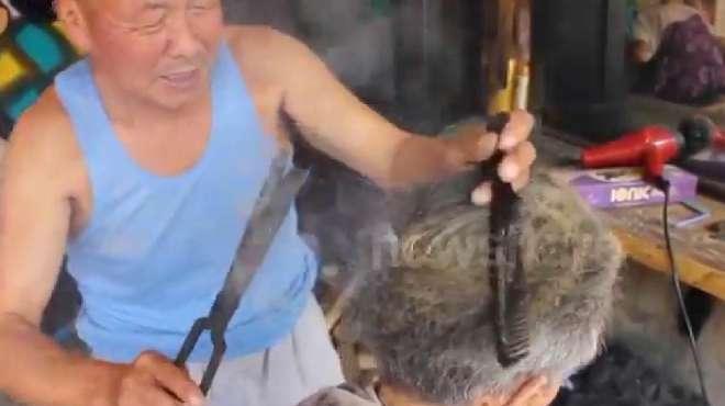 农村理发师老大爷用夹火钳给客户烫头发,长见识了!
