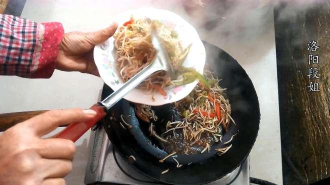 洛阳段姐今天分享一道家常小炒:瘦肉酸豆芽,试着做一下吧