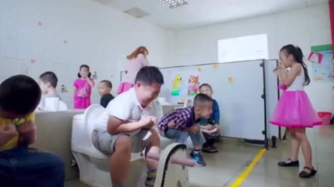 同学拉粑粑让美女老师过来擦!下一秒真让人捂嘴憋笑!