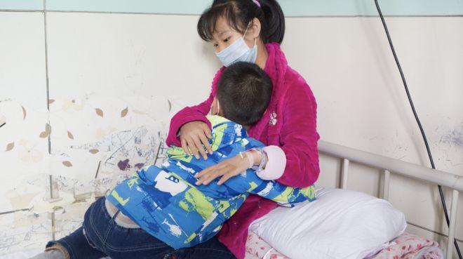 11岁弟弟每周乘车110公里看望重病姐姐:愿捐髓,想她活下来