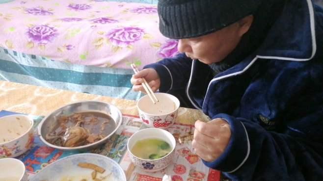 女儿吃不下了,朱姐让飞哥扫尾,二话不说,连汤带水全解决了