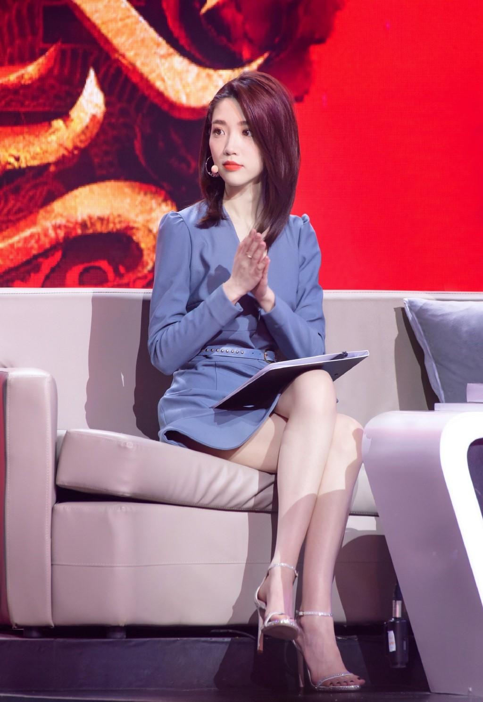 江苏卫视这位美女主持人气质力压芒果台四小花旦,堪称第一美腿!