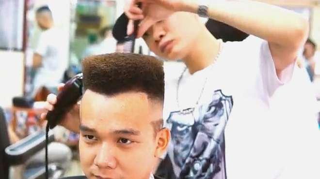 男子非要照着视频剪头发,剪完不习惯,还要重新剪一遍