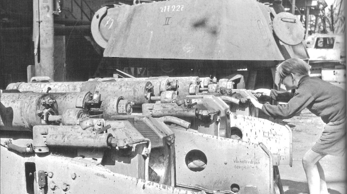 轰炸之后一片狼藉,1945年盟军占领下的德国的坦克工厂