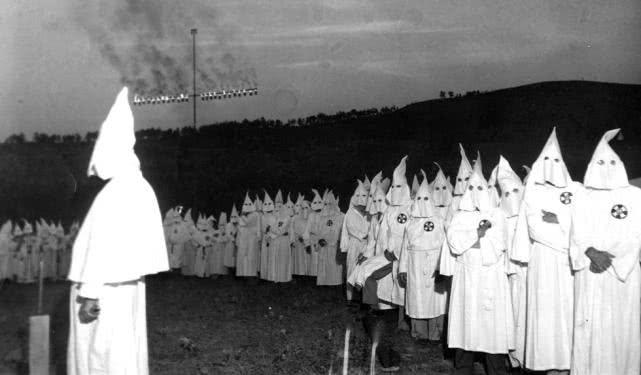 """三K党宣扬""""白人至上"""",美国百姓上街抗议过激,遭警察""""镇压""""-"""