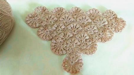 鉤針編織漂亮的半圓花樣三角披肩,非常的貴氣大方