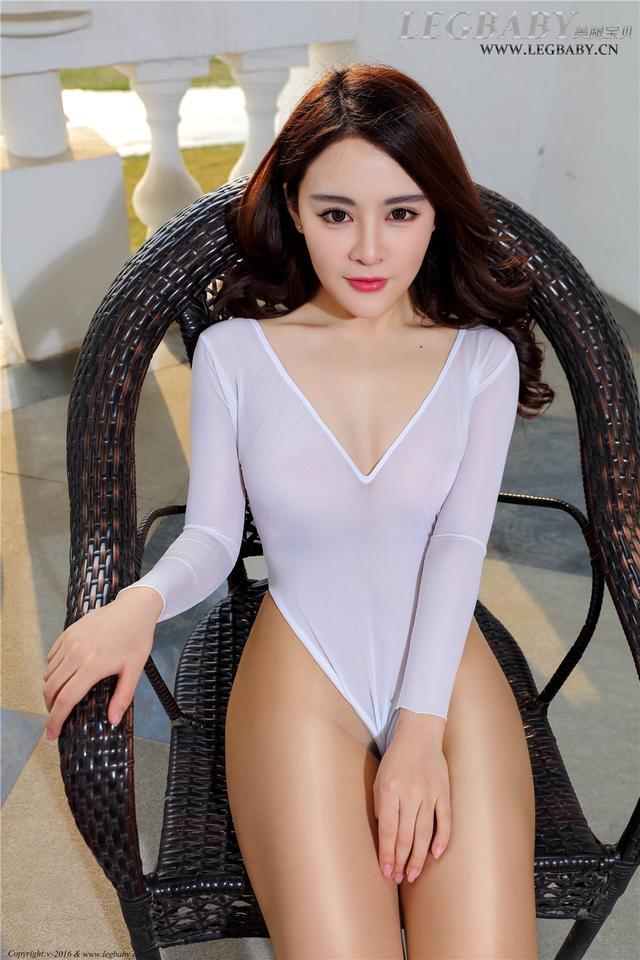 [美腿宝贝] 肉丝亮光丝祙美女樊帆白色连体衣美腿写真 NO.