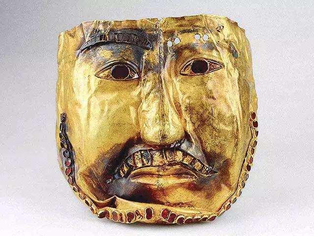 新疆挖出诡异黄金面具,络腮胡由39颗红宝石做成,专家:有钱任性