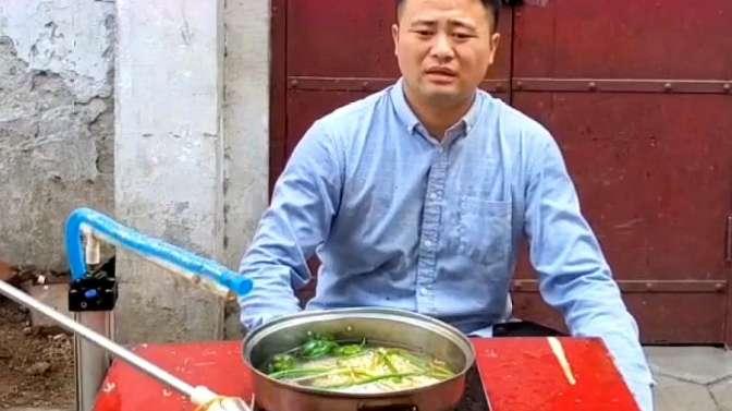 民间小伙发明自动煮泡面机,眼前这一幕,我都笑出八块腹肌了