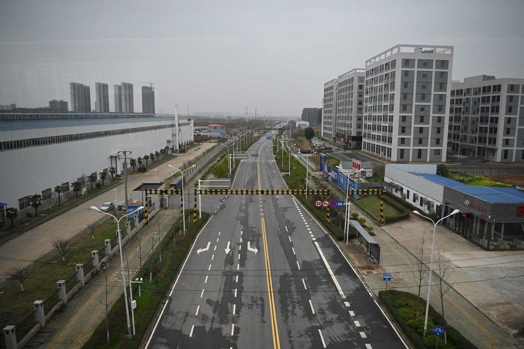 周一,武汉。在湖北省,城市被严格封锁,公共交通停运。
