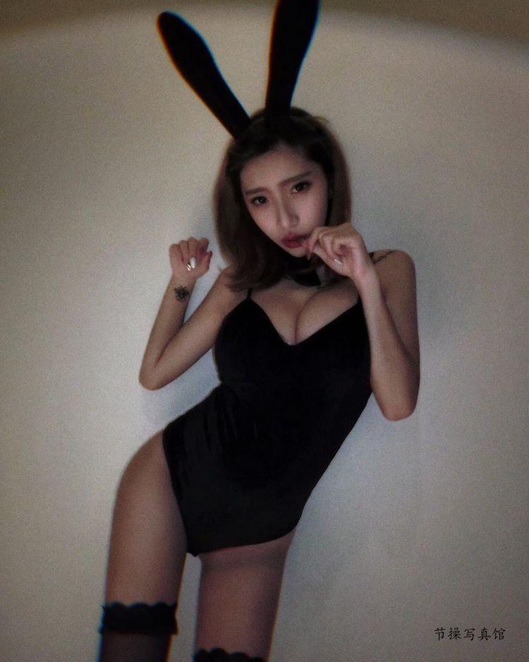 萌妹子@萧晴性感写真图片,白色美胸诱惑使坏