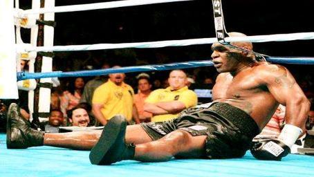 拳王泰森职业生涯最怂一战:全程被对手追着打,头都抬不起来!