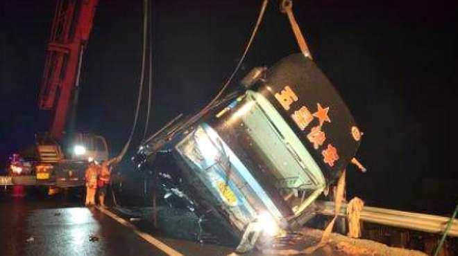 广东一超载客车侧翻致7死11伤,大客车侧翻系司机操作失当造成