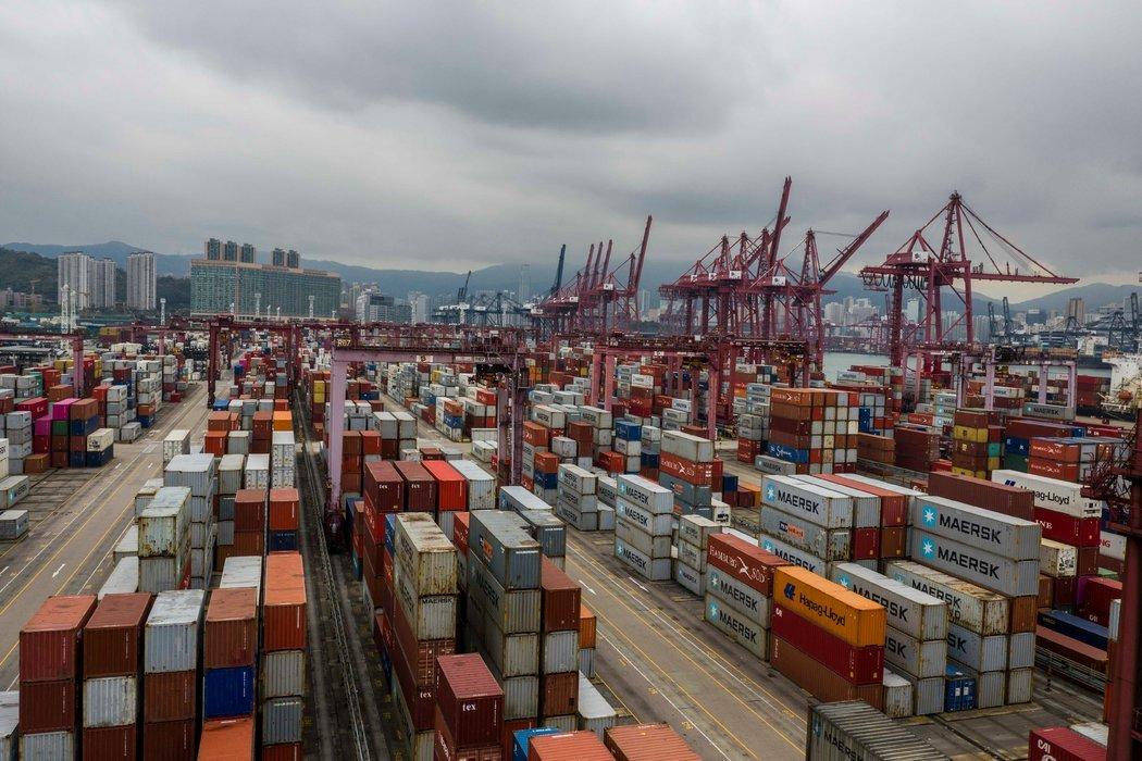 香港葵青货柜码头。如果美国和欧洲的买家不再想要购买中国制造的商品,工厂就业可能会面临更多的问题。
