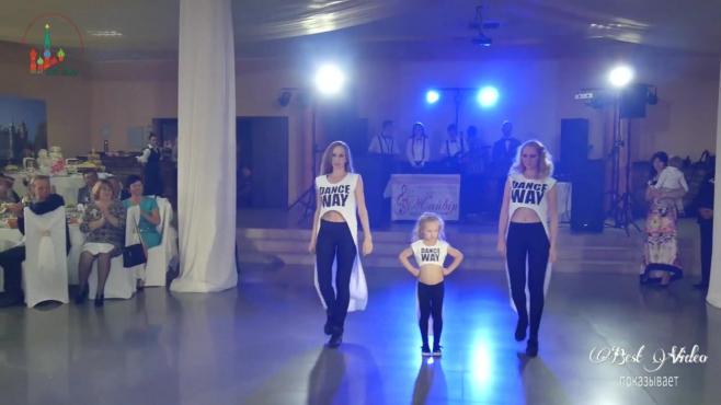 4岁的小伴娘,舞蹈太酷了,来宾们的嗓子都喊哑了