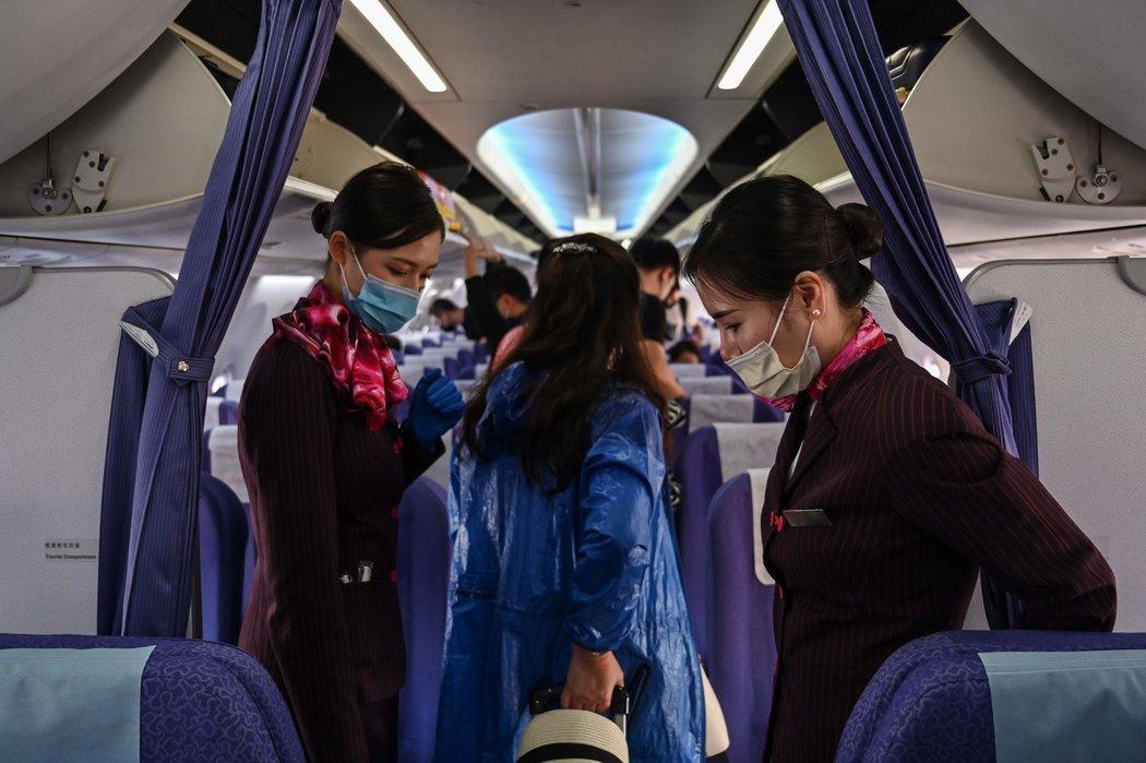 周一,空乘人员在曼谷素万那普国际机场登上飞往上海的航班。