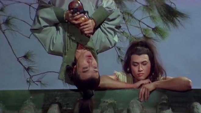 醉汉倒挂在树上喝酒,小伙以为他是怪人,怎料他竟是江湖第一剑客