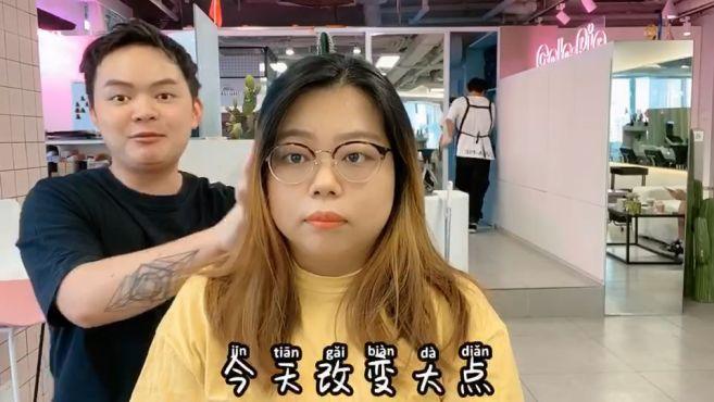 大脸妹子想剪短发,发型师帮她剪了一款今年流行的瘦脸发型,不错