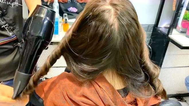 烫过的头发如何快速打理吹卷?发型师:手绕式吹卷没问题