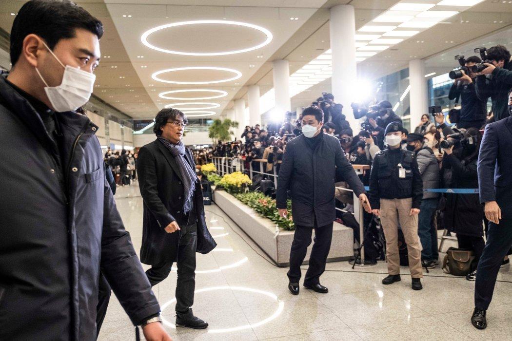 获奖回国的奉俊昊在仁川国际机场。