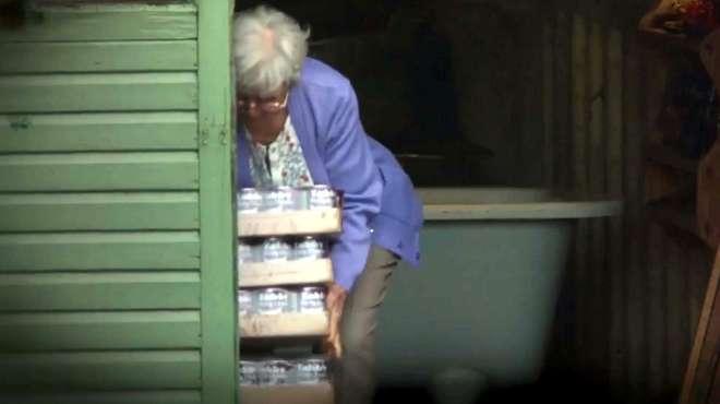 这个老太太很奇怪,每天用猫粮洗澡,然后再吃掉!