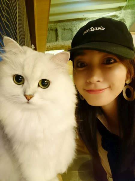 细川直美和女儿在猫咖啡店做暑假作业 宠猫也悠闲自在