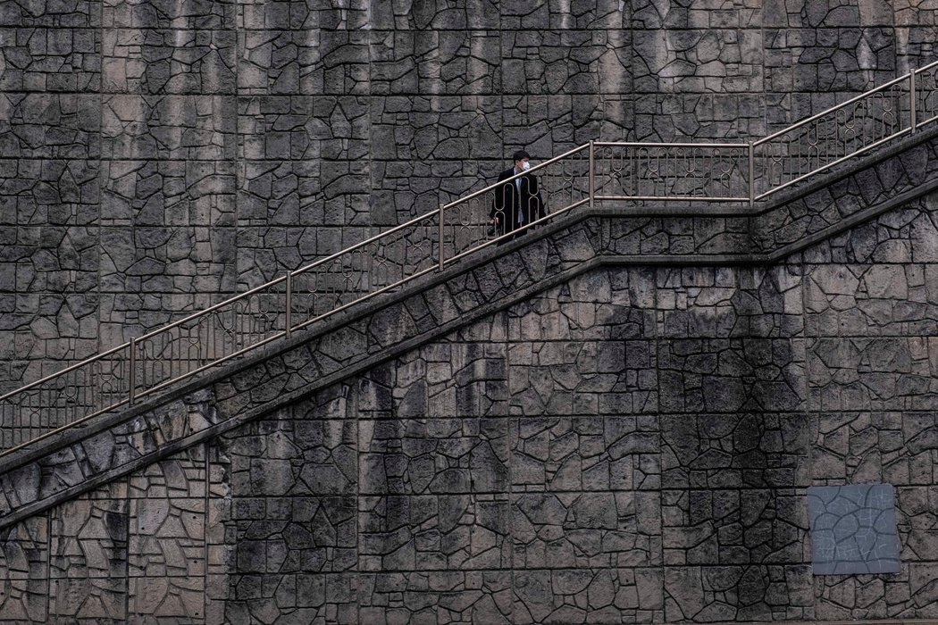 """曾出现在《寄生虫》中的一个地点,奉俊昊曾称该片为""""关于阶梯的电影"""",用阶梯作为社会流动性——或者说缺乏流动性——的象征"""