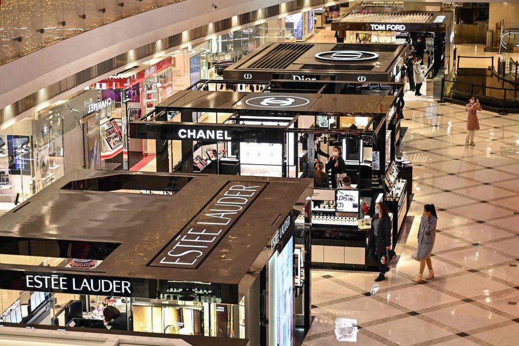 周一,上海的一家购物中心。今年前两个月,零售业销售额录得创纪录的两位数下滑。