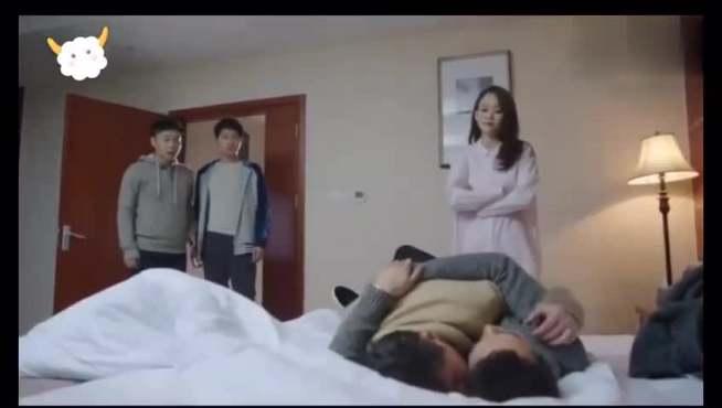 两个大男人抱一起睡在美女的床上