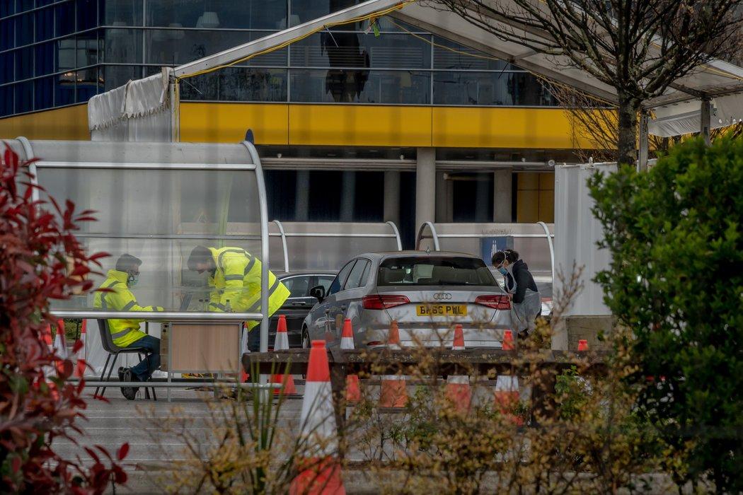 伦敦的一个不必下车即可做新冠病毒检测的中心。