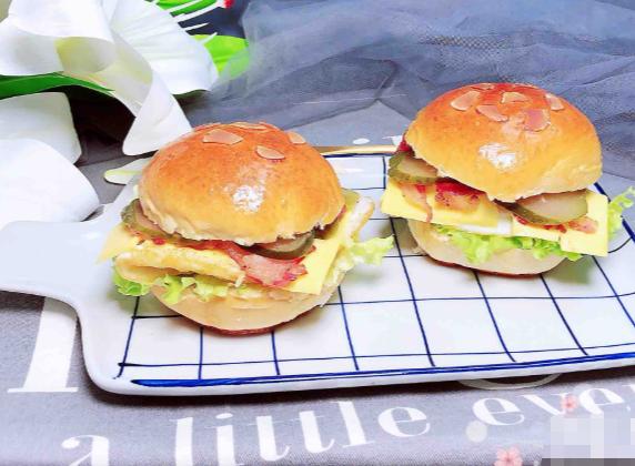 荤素搭配简直美哉,自制面包做成芝士汉堡,既美容又健康,来尝尝