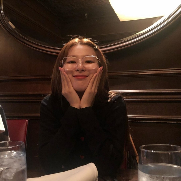 Red Velvet姜涩琪戴眼镜太可爱了 INS公开了可爱的近况照片