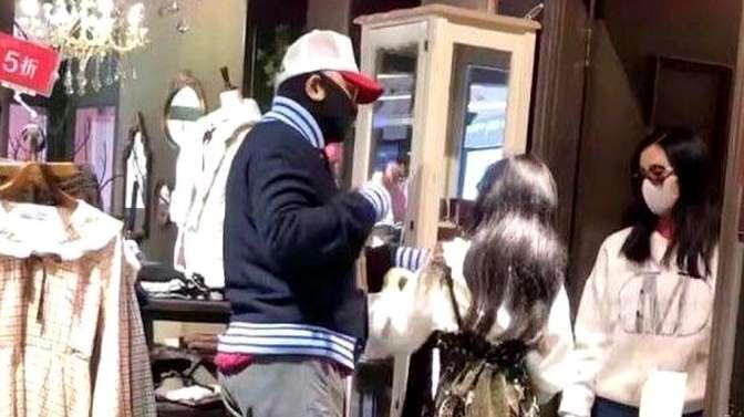 徐峥不受《囧妈》撤档影响,带陶虹给女儿买衣服,一家人很幸福
