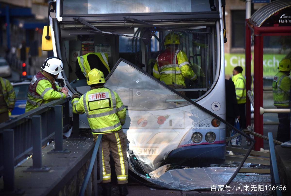 雅各布斯井附近Hall Ings的巴士坠毁事件引发巨大的应急响应