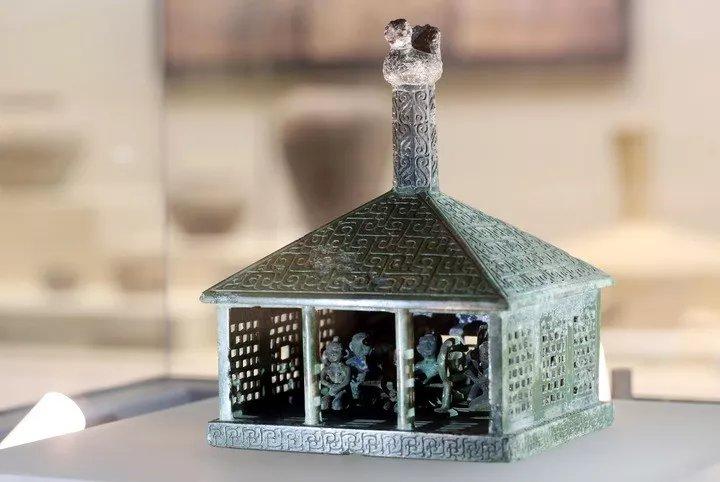 战国伎乐铜房屋模型:跪坐六人、束发裸身,身负未解之谜-
