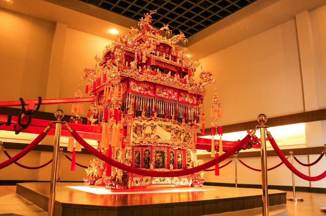 金箔贴花花轿:雕刻有24只凤凰、38条龙-