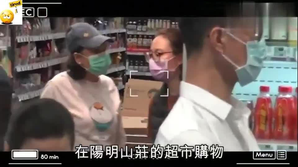 香港:直击赌王三太与何超云现身超市 见到记者后撇甩妈咪