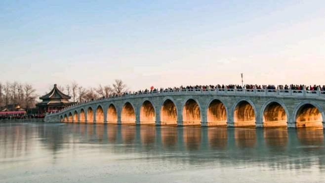 冬至颐和园十七孔桥上演金光穿洞奇观,来看的人堪比春运