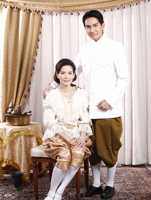 花环夫人:勇敢又洁身自好,两任丈夫后嫁年轻的郡王丨王菲有点像