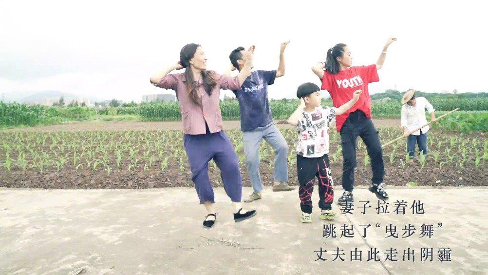 """【历经贫穷病痛 这对农村夫妻在舞蹈中放肆大笑】距离浙江温州瑞安市主城区38公里的马屿镇霞岙村,50岁的范得多和45岁的彭小英夫妇除了照看自家的农田外,最大的乐趣就是一起跳自编的""""曳步舞""""。舞蹈治好了范得多数年来的抑郁症。经历过贫穷和病痛的这对农村夫妻,在舞蹈中放肆大笑。""""她是我的光,我是她的影。""""范得多说。(记者孔令杭、郑梦雨)"""