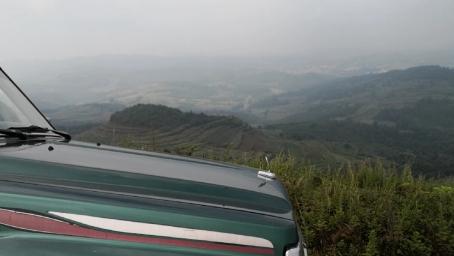 云南曲靖市实战开车上山寻龙点穴,看看风水宝地是怎么样的?